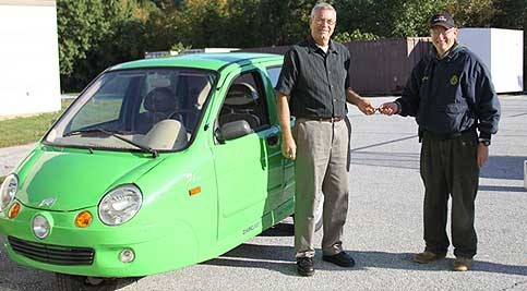 Tom Hawkins, Jr. donates his electric car to energy department department chair