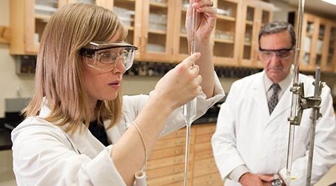 Student Alexa Bennett and Dr. Hanson work in lab